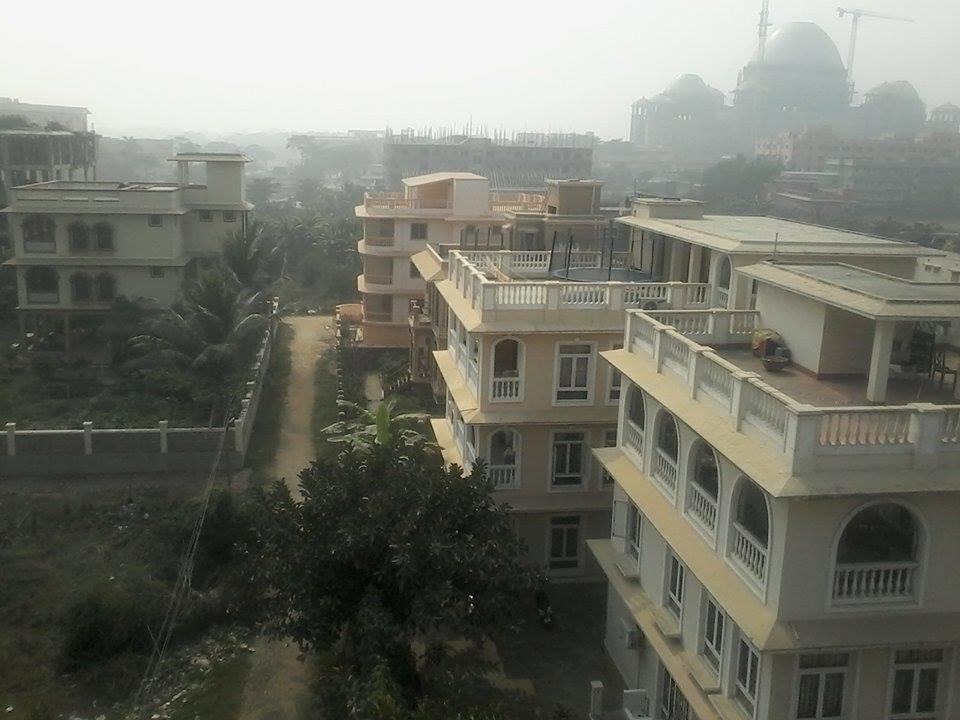 Маяпур с нашей крыши и в подъезде