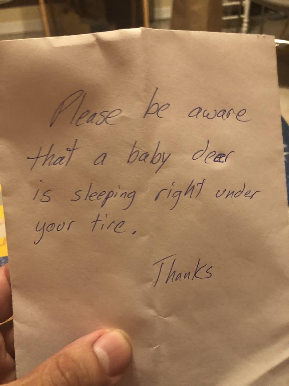 Пожилая женщина оставила под дверью соседей милую записку. Оказалось, это помогло спасти жизнь