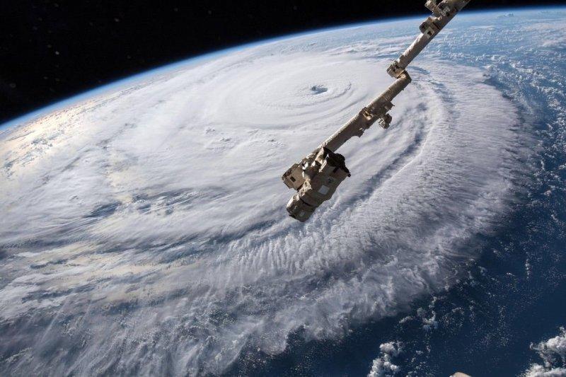 Ураган ранее ослаб с четвертой до третьей категории, но при контакте с сушей «Флоренс» по-прежнему будет «очень сильным и исключительно опасным» ураганом, говорится в сообщении Национального центра по предупреждению об ураганах. nasa, космос, мкс, природа, стихия, ураган, фото, фотографии