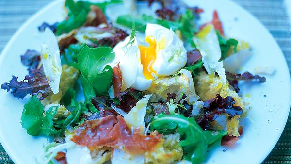 Теплый салат из хлеба, хрустящей копченой грудинки, пармезана и яйца-пашот от Джейми Оливера