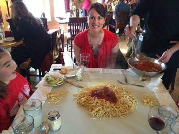 15. Спагетти на столе блюдо, еда, идея, оригинальность, подача, ресторан, сервировка, странность