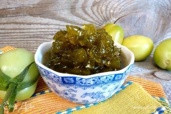 Лук и чеснок слегка обжарить на оливковом масле до прозрачности. Не зажаривайте, а то лук забьет все своим вкусом. Соединить все ингредиенты и варить до загустения. Вкусных вам заготовок!