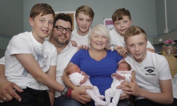 Когда мама двух пар близнецов пришла в больницу, у врачей отняло дар речи... Случай на миллион!