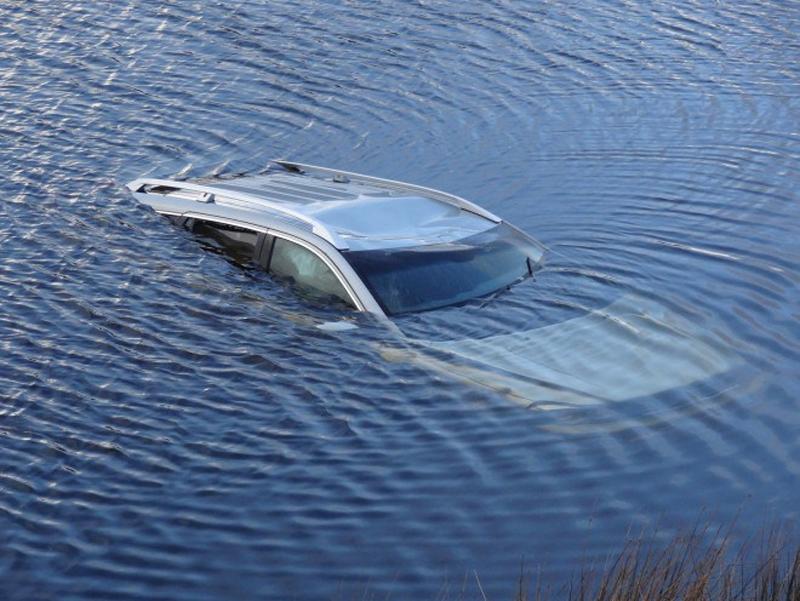 Выбираемся самостоятельно из автомобиля, который упал в воду опустить, автомобиля, машины, только, автомобиль, сделать, водой, ремень, давление, глубокий, будьте, вышло, сравняется, попробовав, электронику, проверьте, попадет, скомандуйте, минуты, разбить