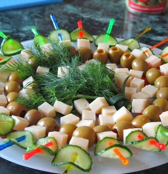 Идеи закусок на шпажках к Новому году!