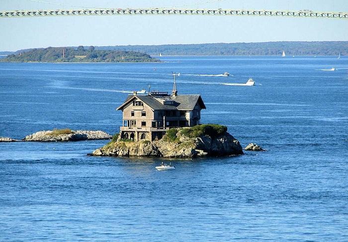Дом на скалистом острове, или Как выразить протест и защитить свою недвижимость