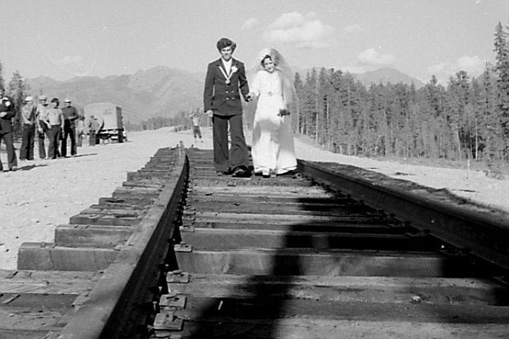 Комсомольцы, отправившиеся по зову сердца в далекий край, счастливо влюблялись, женились, рожали детей.