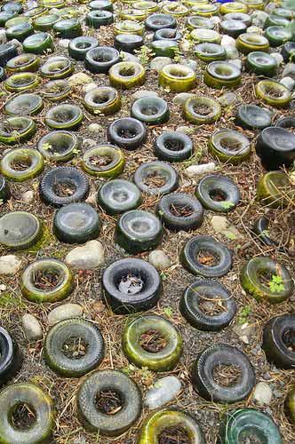 Стеклянные бутылки дача, дорожки, сад
