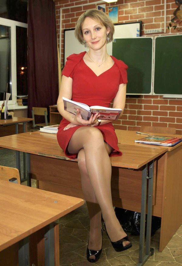 Под юбкой у учительнице в классе