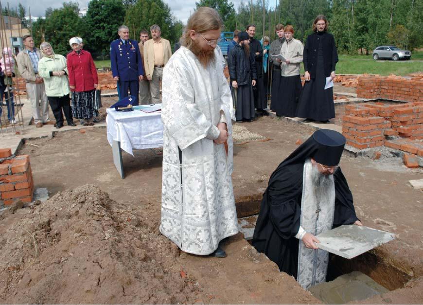 Отец Иов закладывает камень в основание храма Преображения Господня в Звездном городке