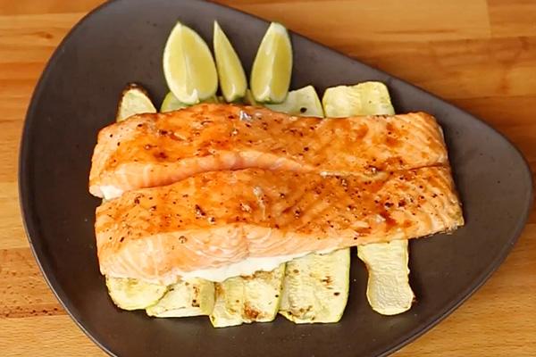 Красная рыба-гриль, приготовленная на кедровой доске Weber