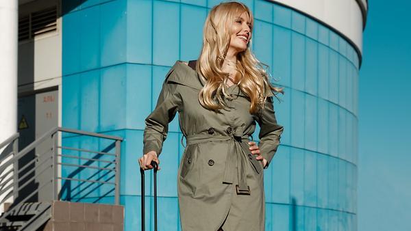 Где купить чемодан яркого цвета как у Анны Чуриной?