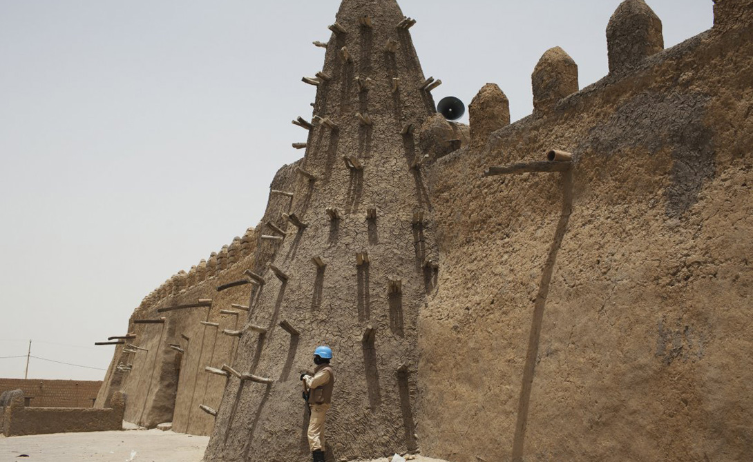 ТимбуктуМалиРасположенный на перекрестке древних торговых путей через пустыню Сахару, Тимбукту постепенно превратился в одно из самых жарких мест планеты. В прошлом году была пройдена отметка в 54 градуса по Цельсию.