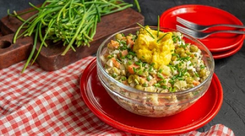 Простой рыбный салат с сайрой: легко приготовить всего за 30 минут