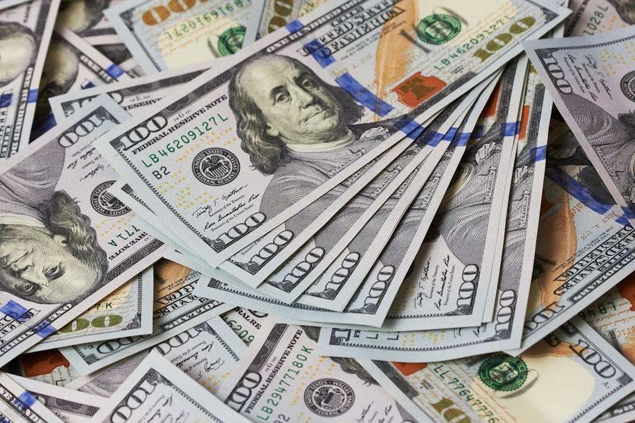 Доллар вновь упал ниже 50 рублей
