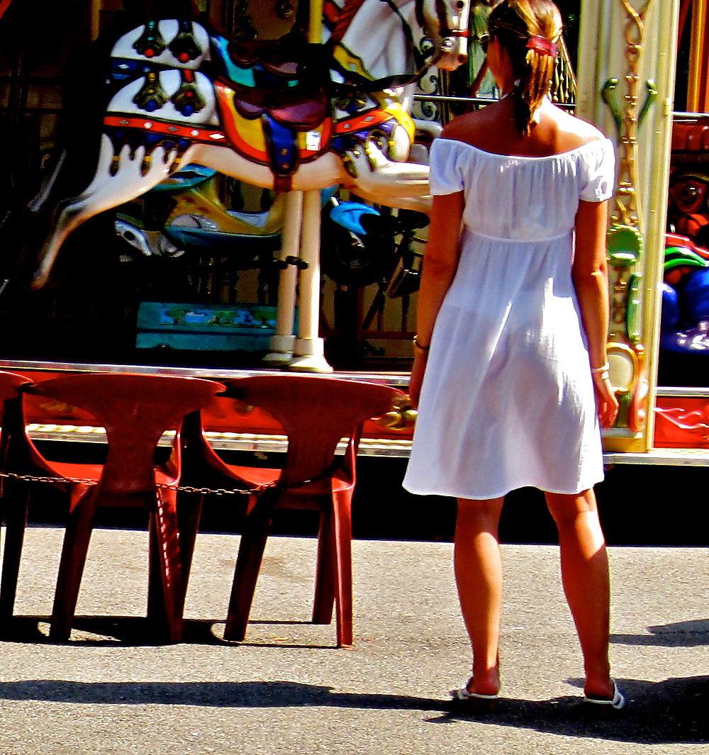 девушки на улицах в прозрачных платьях для