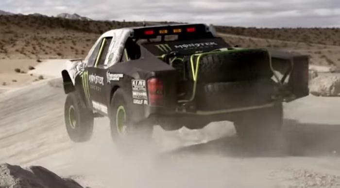 Автомобиль класса Trophy Truck на трассе.