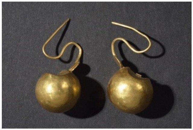 Золотые сережки-шарики, они не такие маленькие, как может показаться, смотрите фото с браслетами выше Клады, археология, интересно, история, сокровища