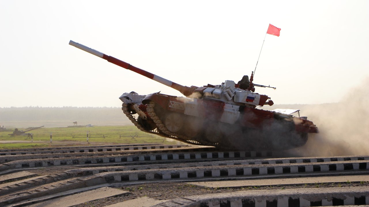 Аэропорт «Домодедово» купил танк Т-72 для эвакуации самолетов