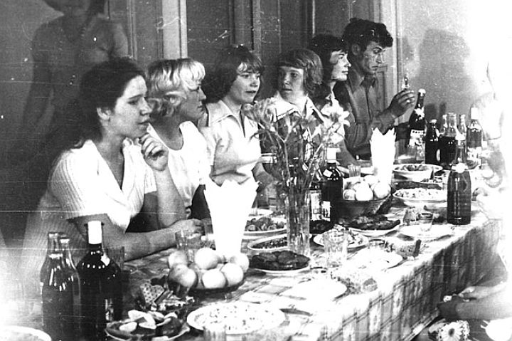Несмотря на скромные условия быта, свадебные столы ломились от изобилия.
