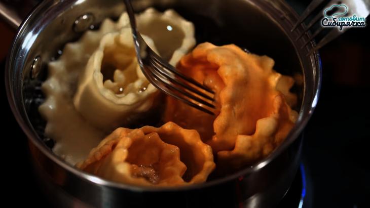 Печенье «хворост» в виде красивых розочек, по-домашнему сладкая выпечка