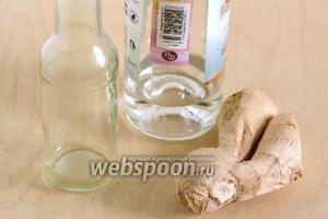 Подготовьте необходимые ингредиенты: свежий корень имбиря и водку (я использовала белый ром), так как вкус у него значительно мягче. Также вам понадобится стеклянная баночка или бутылочка с завинчивающейся крышкой.