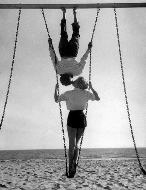 С риском для жизни: романтические поцелуи в фотографиях