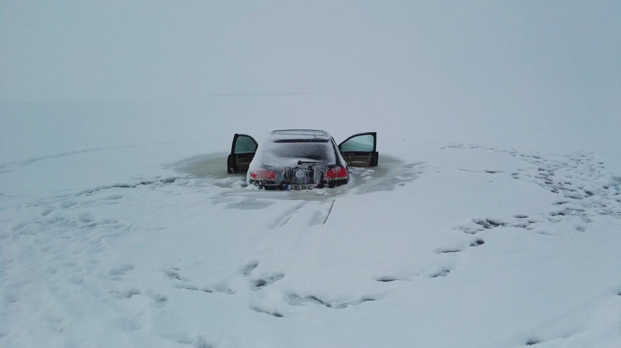 В Эстонии автовладелец решил прокатиться по тонкому льду