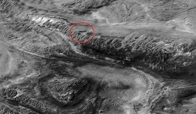 Уфолог показал на снимках NASA базу НЛО на Марсе с гигантскими черными окнами