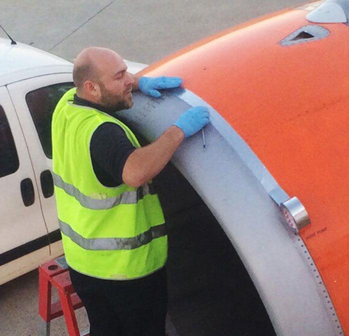 Этот мужчина чинит пассажирский самолет с помощью скотча?!