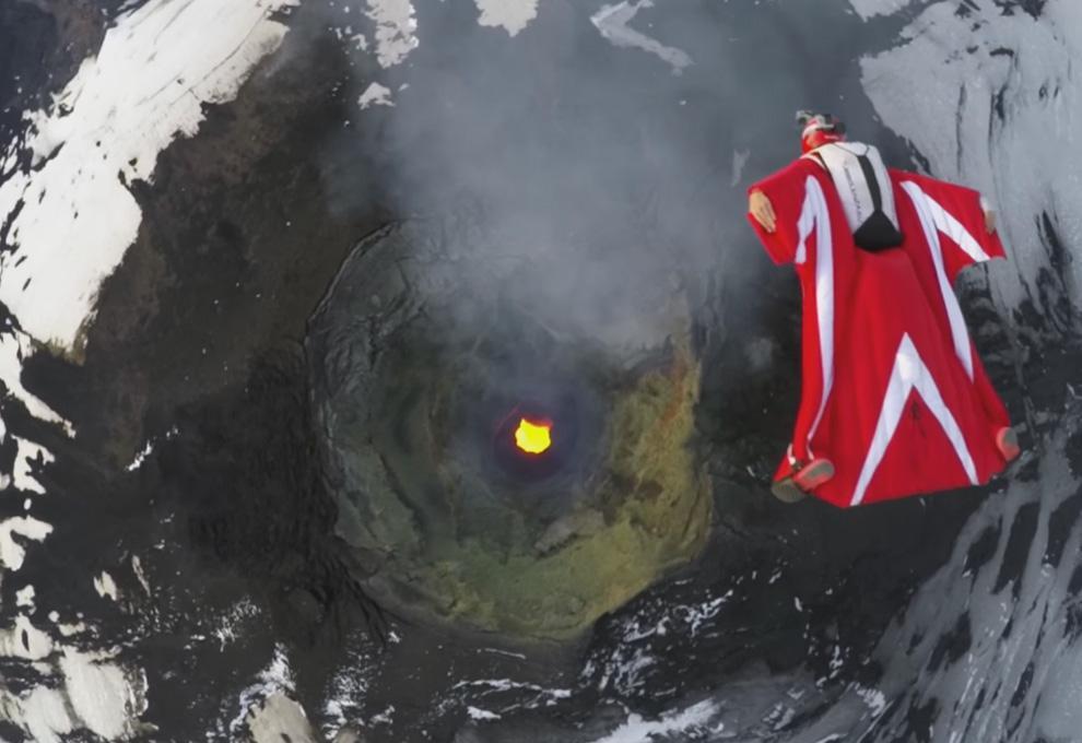 Полет в вингсьюте над жерлом активного вулкана