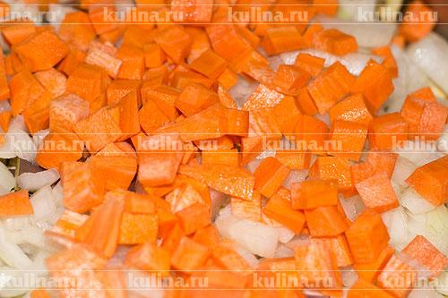 Морковь нарезать кубиком и положить в кастрюлю.
