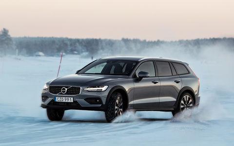 Универсал Volvo V60 Cross Country – тест на снегу и льду