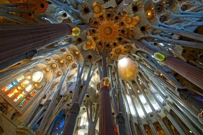 Высочайшие колонны и необычная роспись украшают интерьер храма (Temple Expiatori De La Sagrada Familia).