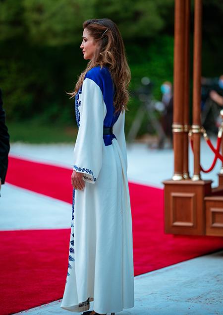 Король Абдалла и королева Рания на праздновании 74-го Дня независимости Иордании Рания, празднования, королева, Абдалла, председатель, независимости, Хусейн, Аммане, своей, лодочками, замшевыми, Gianvito, дополнила, Noora, Rossi, отDar, вышивкой, ручной, темносиними, Вчера