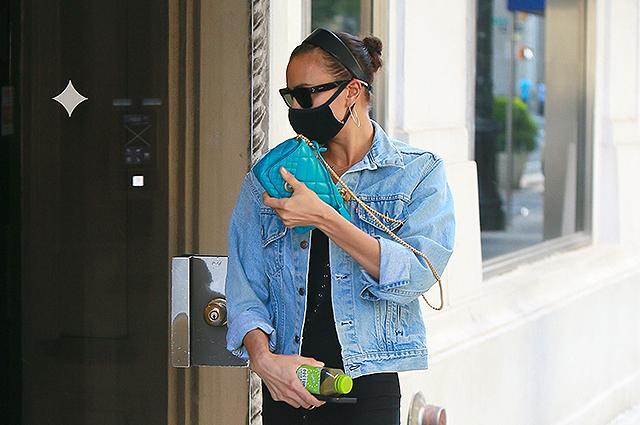 Ирина Шейк в джинсовой ветровке и юбке попала в объектив папарацци в Нью-Йорке