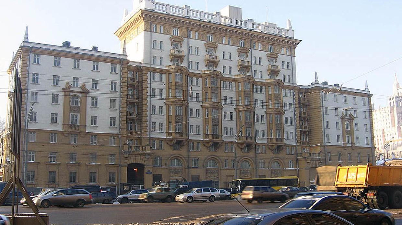 Вашингтон урезает штат посольства и консульств в России Политика