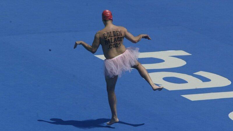 Танец Робертса на Чемпионате мира по плаванию в Барселоне в 2003 году Популярность, в мире, истории, история, люди, спорт, стрикер, футбол