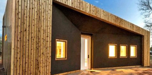 Молодые и изобретательные: студенты построили комфортный дом из переработанной древесины