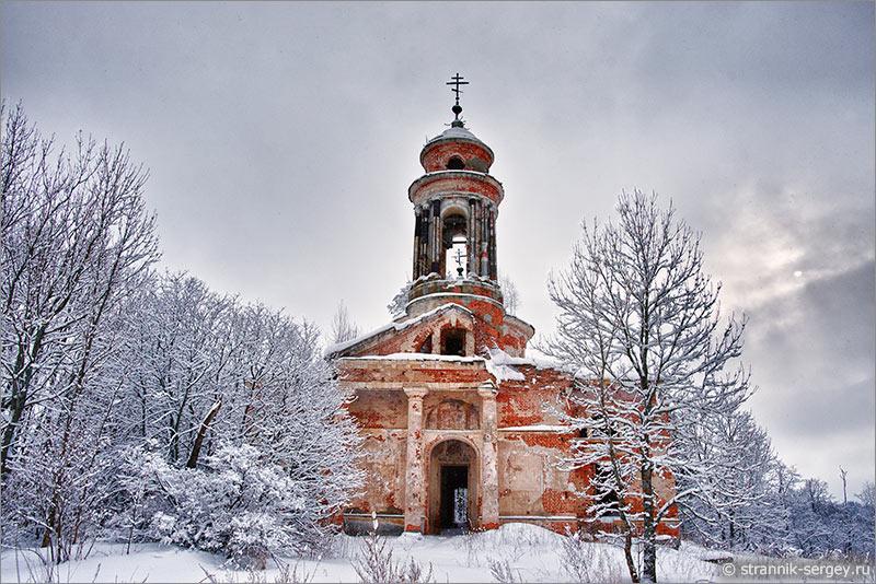 Старинная церковь в зимнем лесу