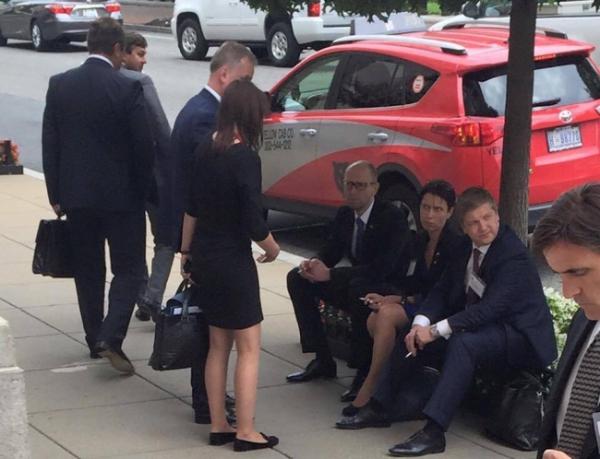 Яценюк перенервничал на встрече с Обамой - курил и грыз американское печенье