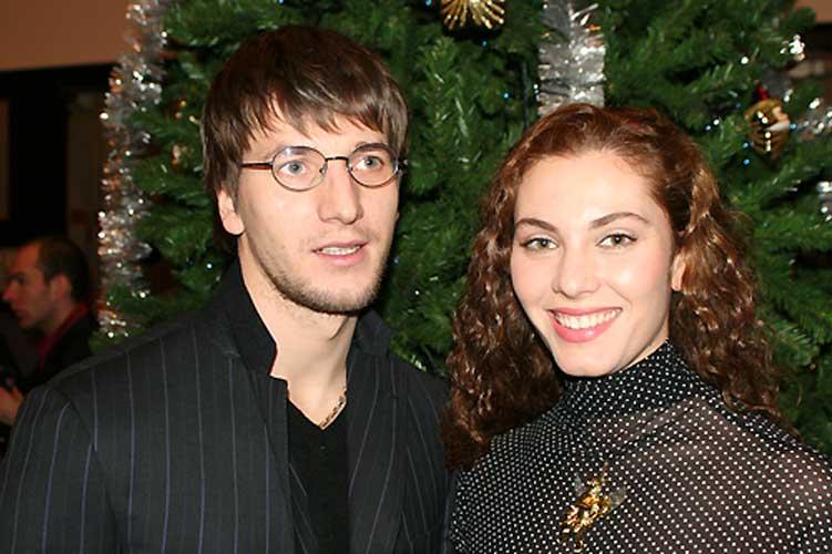 тканей актер александр устюгов фото с женой бизнес-леди купалась