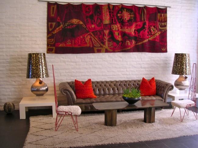 Яркое эффектное полотно в стильной гостиной