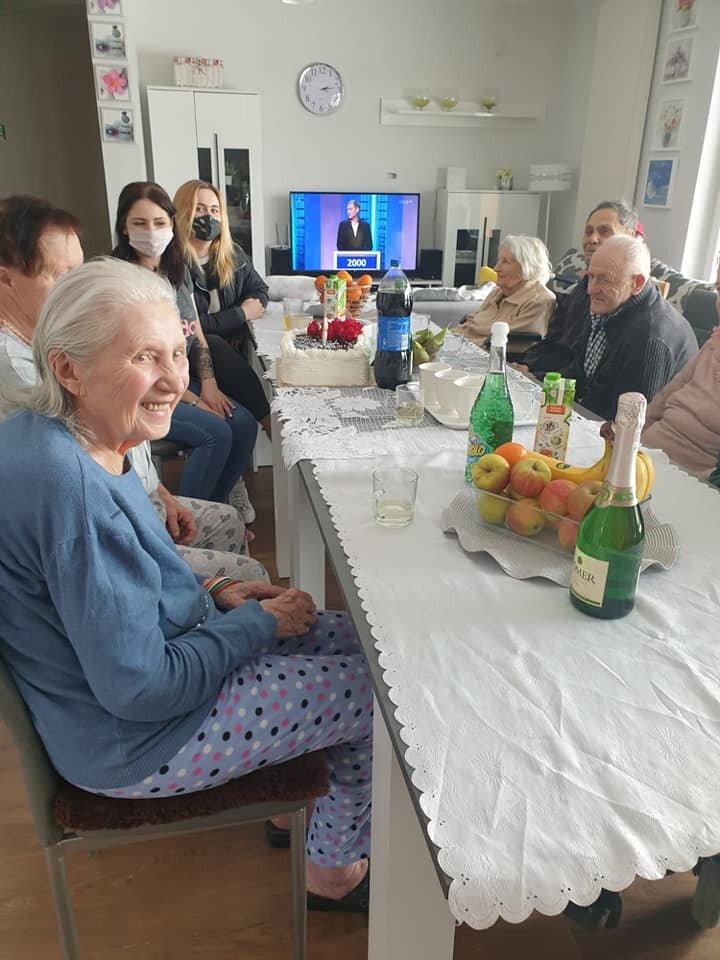 Как в Польше выглядит обычный дом престарелых? Чем кормят и как развлекают польских стариков престарелых, просто, людей, время, постояльцы, выглядит, намного, довольно, таком, например, иногда, собираются, более, постояльцев, очень, пожилых, проводят, место, жизни, людям