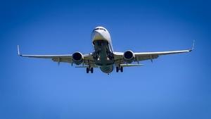 Неизвестный самолёт опасно с…