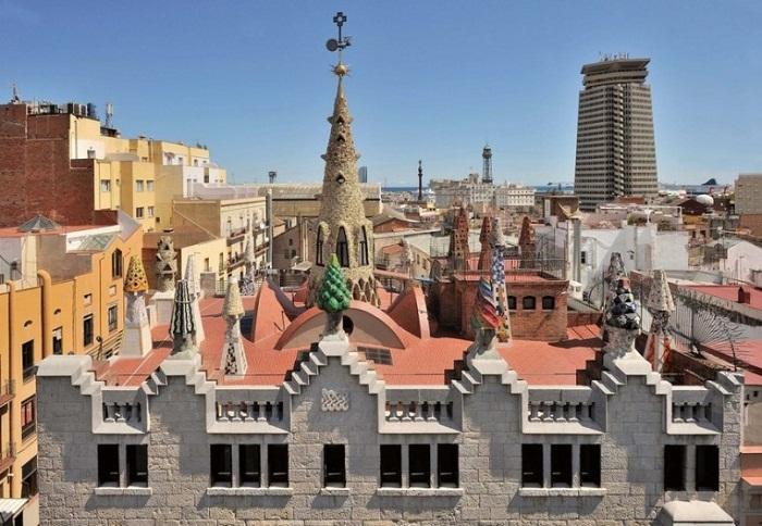 Терраса на крыше с диковинными печными трубами – главная изюминка дворца (Palau Guell).