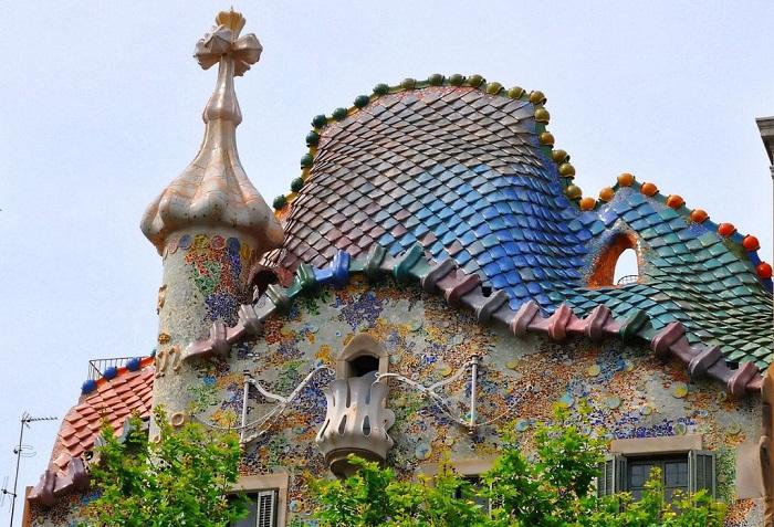 Крыша дома напоминает хребет дракона (Casa Batllо).