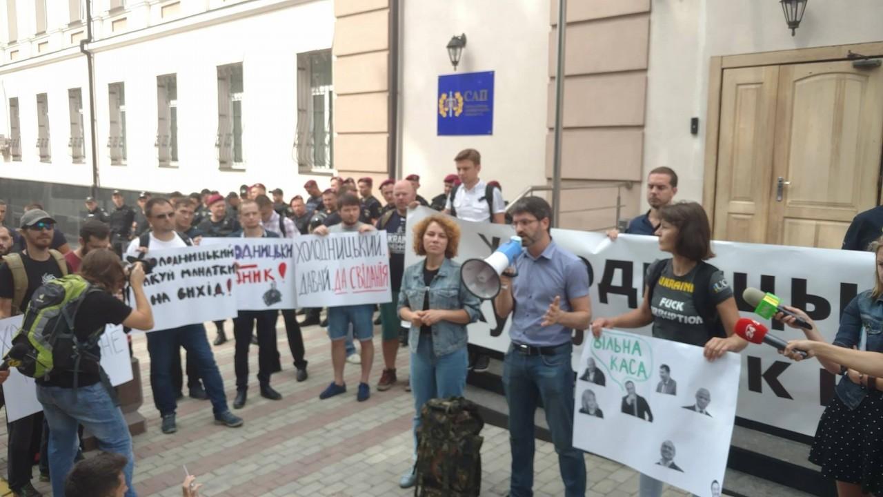 «Мы должны посадить банду Порошенко в тюрьму за войну и нищету»: в Киеве массовые столкновения, Шабунина и Киву облили зеленкой