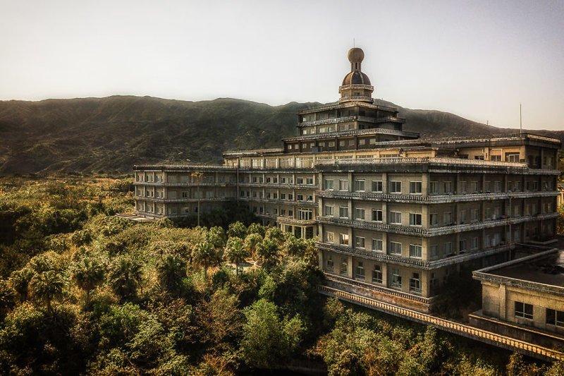 Остатки былой роскоши: огромный заброшенный отель в Японии