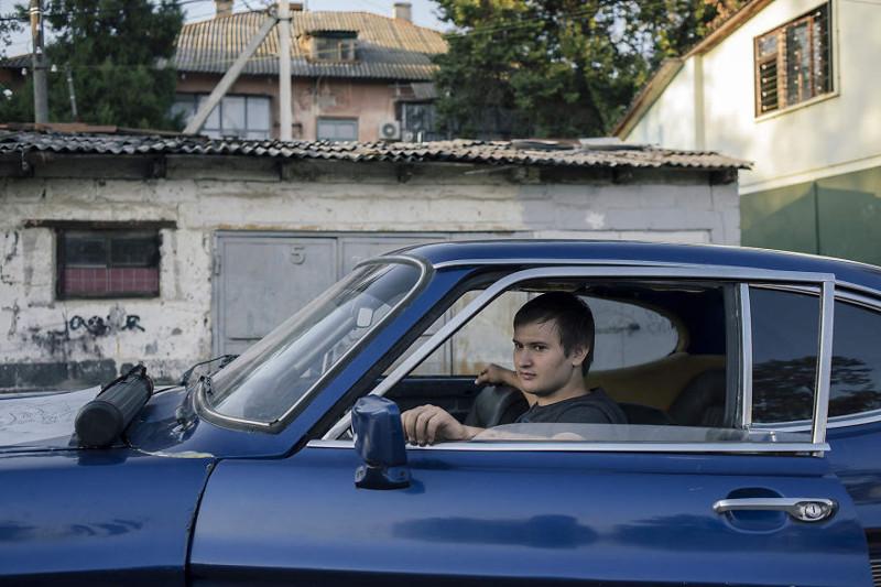 Роман Кожаков живет в небольшом поселке Яблоновский в республике Адыгея. У молодого человека крайне необычное хобби - он восстанавливает винтажный Ford Capri 1969 года. жизнь, интернет, люди, россия